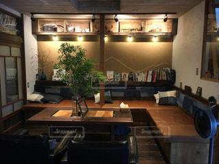 リビング ルームの家具とテーブルでいっぱいの写真・画像素材[1395333]