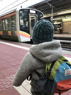 電車の駅で座っている人の写真・画像素材[1396852]