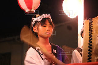 盆踊りで太鼓を叩く少女の写真・画像素材[1399217]
