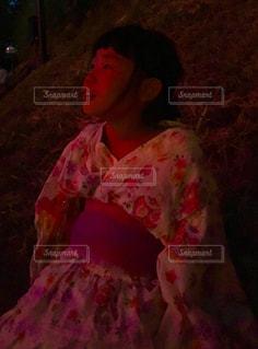 花火大会の大きな花火を見る少女の写真・画像素材[1403198]