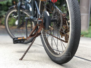 オンボロの折りたたみ自転車の写真・画像素材[1397829]