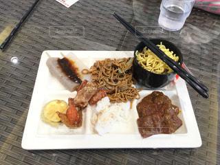 テーブルの上に食べ物のプレートの写真・画像素材[1406588]