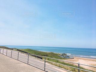 ドライブウェイから見えた海の写真・画像素材[1396884]