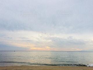 水面に沈む夕日の写真・画像素材[1399008]