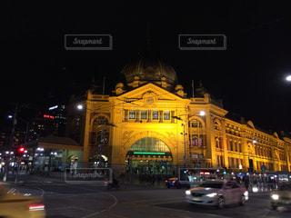 夜のフリンダース ・ ストリート駅の写真・画像素材[1460371]