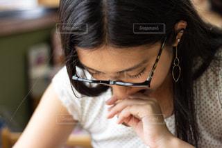 メニューを見る女性の写真・画像素材[1398489]