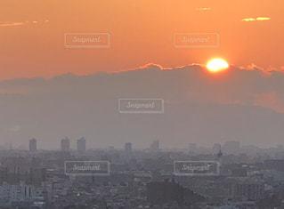 バック グラウンドで市と水体に沈む夕日の写真・画像素材[1398704]