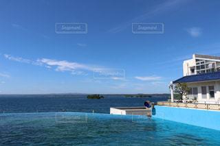 夏の青い空と海とプールの写真・画像素材[1410167]