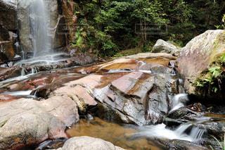 滝と川のせせらぎの写真・画像素材[1557231]