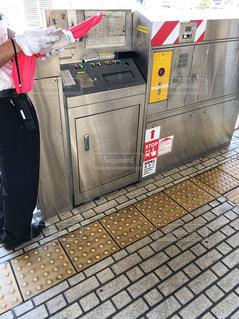 新幹線駅ホームを管理するコントロールパネルと駅員の写真・画像素材[2178738]