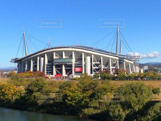 川と木々と青空と豊田スタジアムの写真・画像素材[3364207]