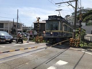 電車が道路の脇に駐車します。の写真・画像素材[1399086]