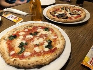 テーブルの上に座ってピザの写真・画像素材[1399092]