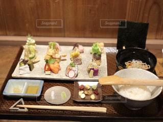 テーブルの上に食べ物のボウルの写真・画像素材[1556624]