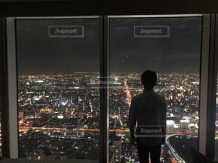 窓の前に立っている男の写真・画像素材[2113061]