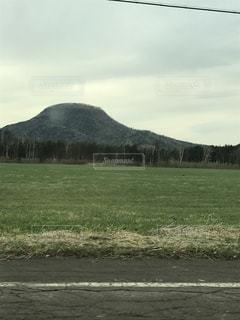近くに緑のフィールドのの写真・画像素材[1399323]