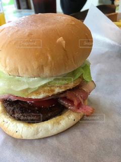 大きいハンバーガーの写真・画像素材[1400916]