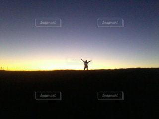 日没の前に立っている人の写真・画像素材[1407495]
