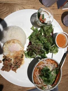 テーブルの上に食べ物のプレート タイ料理の写真・画像素材[1401111]