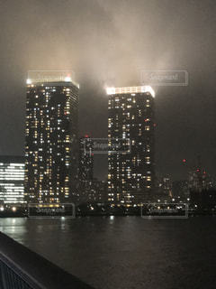 霧の中のビル 夜景の写真・画像素材[1401506]