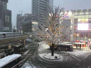 バスは雪の覆われた都市通りの脇に駐車します。三鷹駅南口の写真・画像素材[1401542]