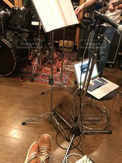 バンドのスタジオ練習の写真・画像素材[1401550]