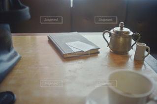 テーブルの上のコーヒー カップの写真・画像素材[1461387]