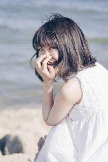 白いワンピースの女の子の写真・画像素材[1401378]