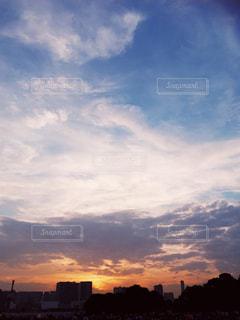 夕暮れ時の都市の景色の写真・画像素材[1401546]