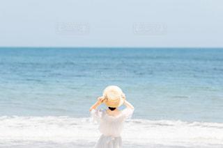 ビーチに立っている人の写真・画像素材[1403108]