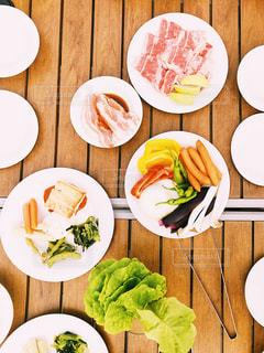 木製のテーブル、板の上に食べ物の種類をトッピングの写真・画像素材[1403147]