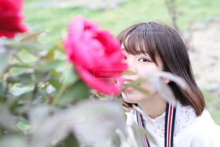 近くに花を持っている人のの写真・画像素材[1411325]