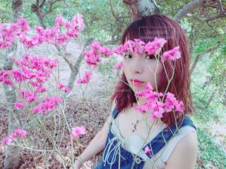 ピンクの花の少女の写真・画像素材[1403378]