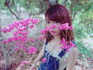 ピンクの花を身に着けている女の子の写真・画像素材[1403379]