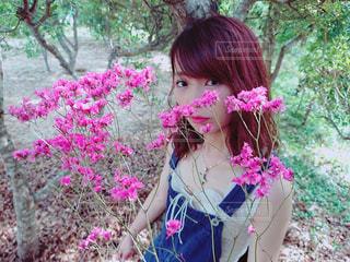 ピンクの花の少女の写真・画像素材[1403380]