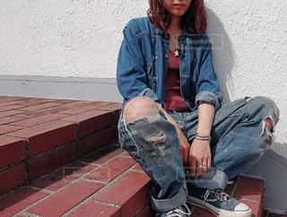 ベンチに座っている人の写真・画像素材[1404825]