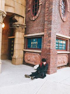 れんが造りの建物の前の歩道上の人々 のグループの写真・画像素材[1551744]