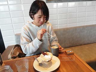食事のテーブルに座っている女性の写真・画像素材[1632711]