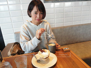 食事のテーブルに座って人の写真・画像素材[1632712]