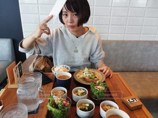 食事のテーブルに座って男の子の写真・画像素材[1632713]