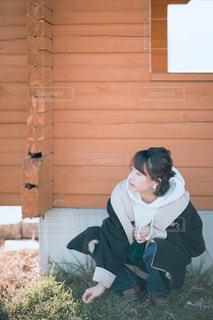 建物の前に座っている人の写真・画像素材[2926723]