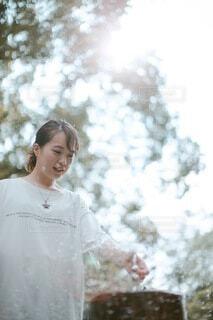 木の前に立っている人の写真・画像素材[3620929]