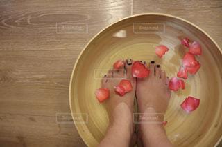 薔薇の花びらで足湯の写真・画像素材[2588436]