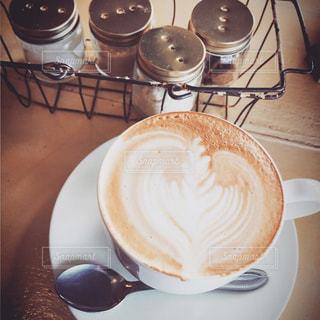 テーブルの上のコーヒー カップの写真・画像素材[1402006]