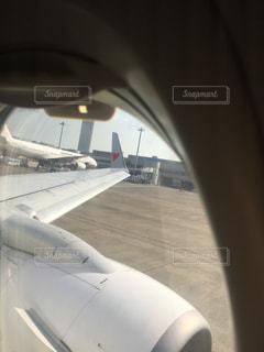 飛行機の羽根にハート模様の写真・画像素材[1404555]