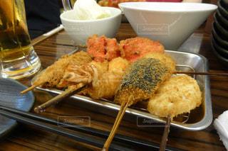 テーブルの上に食べ物のトレイの写真・画像素材[1527453]