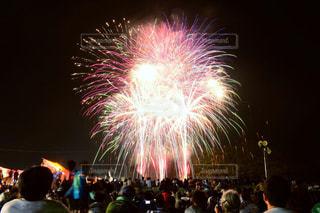 空に花火のグループを見ている人の群衆の写真・画像素材[1403789]