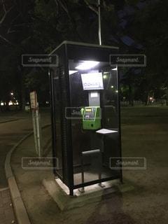 夜の電話ボックスの写真・画像素材[2146944]