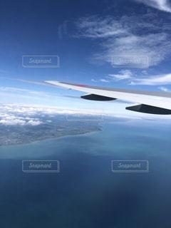 空を飛んでいる飛行機の写真・画像素材[1426010]
