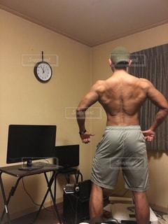 ビデオゲームをリビング ルームに立っている男の写真・画像素材[1405920]